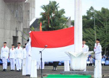 Anggota Paskibraka Unand saat akan mengibarkan bendera merah putih di Lapangan Rektorat Unand, Sabu (17/8/2019). (Foto: Rahmat Fiqri)