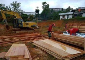 Beberapa pekerja sedang mengerjakan pembangunan Gedung STP di sekitaran Fakultas Teknik Unand, Jumat (30/8/2019). (Foto : Linda Susanti)