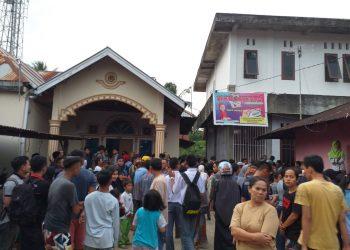 Warga Kapalo Koto Melihat keadaan Mahasiswi yang diduga bunuh diri, Selasa (3/9/2019) (Foto: Rahmat Fikri)