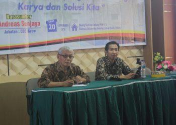 Andreas Senjaya dan moderator saat menyimak dan mencatat pertanyaan dari peserta kuliah umum di Ruang Seminar PKM Lantai 1 Unand, Jumat (20/9/2019).
