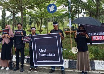 Beberapa Mahasiswa Melakukan Aksi Jumatan di Bundaran Rektorat Unand, pada Jumat (20/09/2019). (Foto: Anggi Putri Rizkya)
