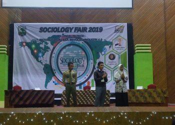 Peserta lomba dari SMA Negeri 1 Bukittinggi Hanifah Nadhilah (paling kanan) saat pengumuman juara Olimpiade Sosiologi di Auditorium Unand, Kamis (5/9/2019). (Foto : Hafiz Al Ma'arij)