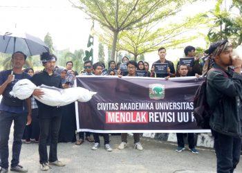 Salah seorang mahasiswa Unand saat berorasi di  Bundaran rektorat Unand, Jumat (13/9/2019). (Foto : Nurul Anisa Azwir)