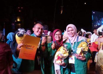 Rahmadanis, Nola Resgita, dan Isa Istiqomah saat foto bersama piala dan piagam di Universitas Udayana, Bali.