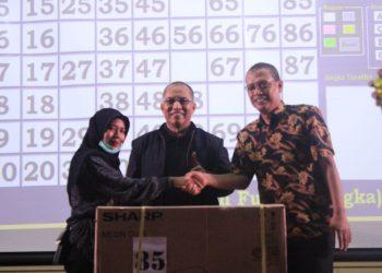 Penyerahan Hadiah Utama oleh Rektor Unand kepada pemenang KIM, Sabtu (21/09/2019). (Foto: Hafiz)