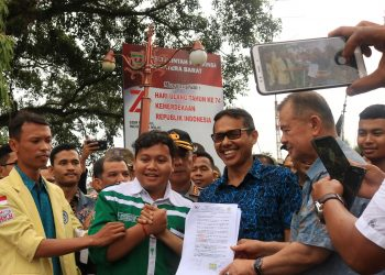 Gubernur Sumbar Irwan Prayitno dan Mensospol BEM Unand Ananda Harahap saat berjabat tangan setelah menandantangani tuntutan mahasiswa di Kantor Gubernur Sumbar, Rabu (2/10/2019). (Foto : Nurul Fatimah)