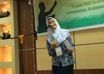 Salah seorang peserta lomba cipta baca puisi tingkat SMP se-kota Padang membacakan puisi ciptaannya di ruang seminar perpustakaan lantai lima, Rabu (30/10/2019) (Foto : Rahmat Fiqri)