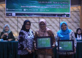 Pemberian sertifikat kepada pemateri Seminar Nasional Fintech oleh Pembina Himadata di Ruang Seminar PKM Unand lantai 1, Rabu (27/11/2019). (Foto : Nurul 'Ain)