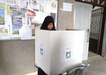 Seorang mahasiswa sedang mencoblos di kotak suara pada Pemira 2019 di depan Gedung C, Rabu (27/11/2019). (Foto : Icha Putri)