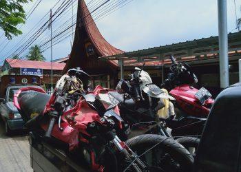 Sepeda motor yang di tabrak oleh mobil yang diduga hilang kendali telah diamankan oleh Polsek Pauh, Senin (18/11/2019). (Foto : Anggi Putri Rizkya)