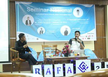 Penyampaian materi seminar oleh Presiden Mahasiswa Universitas Gadjah Mada, M. Atiatul Muqtadir di ruang seminar perpustakaan lantai lima, Senin (4/11/2019). (Foto: Yudellia Wira Permata)