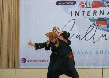 Dua orang mahasiswa sedang melakukan pertunjukan silat Minang dalam International Cultural Day and Andalas University Expo di Convention Hall Unand, Selasa (26/11/2019). (Foto : Rahmat Fiqri)