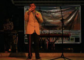 Penampilan Arif LIDA saat menyanyikan lagu Minang pada malam puncak Festival Kebudayaan dan Alek Seni Minangkaau 2019 di Medan Nan Balinduang, Jumat (8/11/2019). (Foto : Icha Putri)