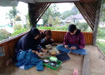 Pengunjung sedang menikmati makanan dengan ditemani minuman kawa daun, Kamis (2/1/2020). (Foto : Dian Fitri Yova).