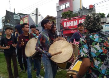 Aksi galang dana mahasiswa Unand untuk korban banjir di  Kabupaten Sijunjung dan Dharmasraya, Rabu (29/01/2020). (Foto : Linda Susanti).