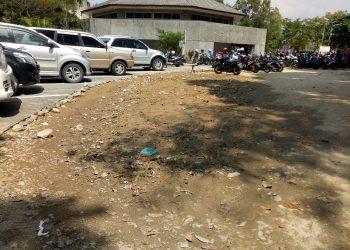 Lahan parkir Gedung H yang belum rampung telah digunakan, Rabu (05/02/2020). (Foto: Geliz Luh Titisari)