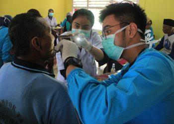Seorang warga sedang melakukan pemeriksaan gigi dalam kegiatan Baksos di SD 16 Supayang, Kecamatan Salimpaung, Kabupaten Tanah Datar, Sabtu (15/2/2020). (Genta Andalas/Dian Fitri Yova)