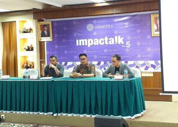Ketua OJK Sumatera Barat Misran Pasaribu (paling kiri) saat menyampaikan materi dalam seminar Impactalk di Perpustakaan Unand Lantai 5 pada Jumat (7/2/2020)