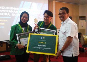 Pemberian hadiah kepada pemenang pertama lomba debat, Rabu, (4/3/2020). (Foto :  Nurul Ain)