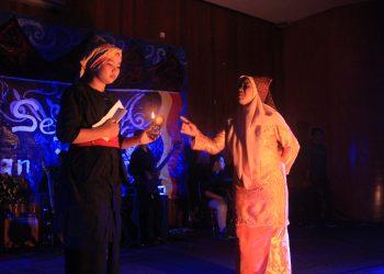 Anggota open recruitment UKS Unand saat menampilkan teater Siti Manggopoh dalam Garapan Tragedi dan Ulayat pada Malam Sejuta Harapan di Aula Fakultas Ekonomi, Kampus Jati Unand pada Jumat, (6/3/2020) (Genta Andalas/Icha Putri)
