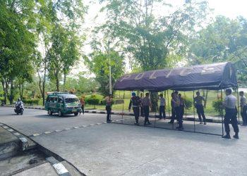 Personel polisi berjaga ditenda penjagaan penertiban lalulintas, Senin (16/3/2020) (Genta Andalas/Indah Ariesta Gusra)