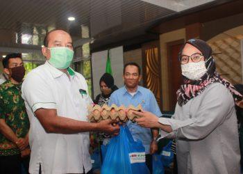 Kabag Kemahasiswaan Yusdial memberikan bantuan secara simbolis kepada Mahasiswi Universitas Andalas di Ruang Seminar PKM Universitas Andalas, Senin(18/5/2020). (Genta Andalas/Rahmat Fiqri)