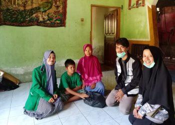 Komunitas Tangan Baik menyalurkan bantuan kepada masyarakat Kecamatan V Koto. (Genta Andalas/Dok.Pribadi)