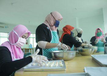 Anggota pelatihan sedang membuat kue kering sebagai upaya tanggap Covid-19 di Balai Latihan Kerja, Padang, Senin (1/6/2020). (Genta Andalas/Rahmat Fiqri)