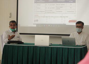 Rektor (kiri) dan Wakil rektor I (Kanan) Unand saat memaparkan presentasi sistem UTBK saat konferensi pers, Senin (29/06/2020). (Foto: Rahmat Fiqri)
