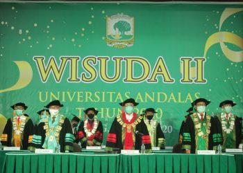 Rektor Universitas Andalas dan jajarannya saat melepaskan 1103 Wisudawan/ti di Convention Hall, Selasa  (30/6/2020). (Genta Andalas/Rahmat Fiqri)