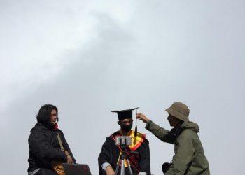 Pemindahan jambul wisudawan Muhammad Nasir pada momen Wisuda II Universitas Andalas dari puncak Gunung Marapi. (Genta Andalas/Dok.Pribadi)