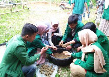 Proses pembuatan suplemen makanan ternak berbahan dasar daun singkong oleh mahasiswa Fakultas Peternakan Unand, Sabtu (25/7/2020). (Genta Andalas/Dok. Pribadi)