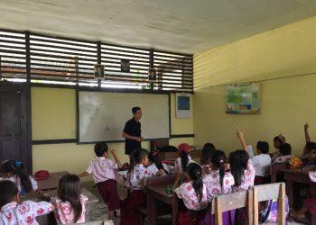 Potret ketika Muhammad Nasir mengedukasi siswa SD di daerah 3T Kalimantan Barat. (Genta Andalas/dok. Pribadi)
