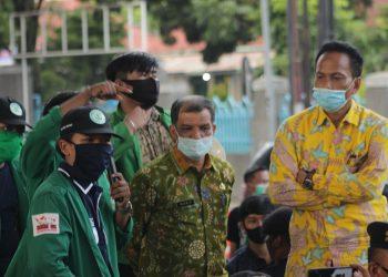 Beberapa peserta Aksi sedang berbincang dengan Kaban Kesbangpol Provinsi Sumatra Barat, Kamis (24/9/2020). (Genta Andalas/Rahmat Fiqri)