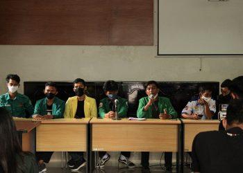 Konfrensi Pers BEM se-Sumatra Barat menanggapi pengesahan UU Cipta Kerja dan perihal aksi yang ditunggangi di Gedung Pascasarjana Fakultas Ilmu Sosial dan Politik Universitas Andalas, Rabu (14/10/2020)