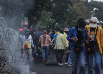 Suasana Aksi Tolak Omnibus Law di kawasan Gedung DPRD Sumbar, Kamis (8/10/2020). (Genta Andalas/Rahmat Fiqri)